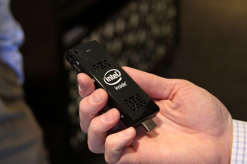 Es como una memoria USB más grande, pero tiene dentro una computadora completa.