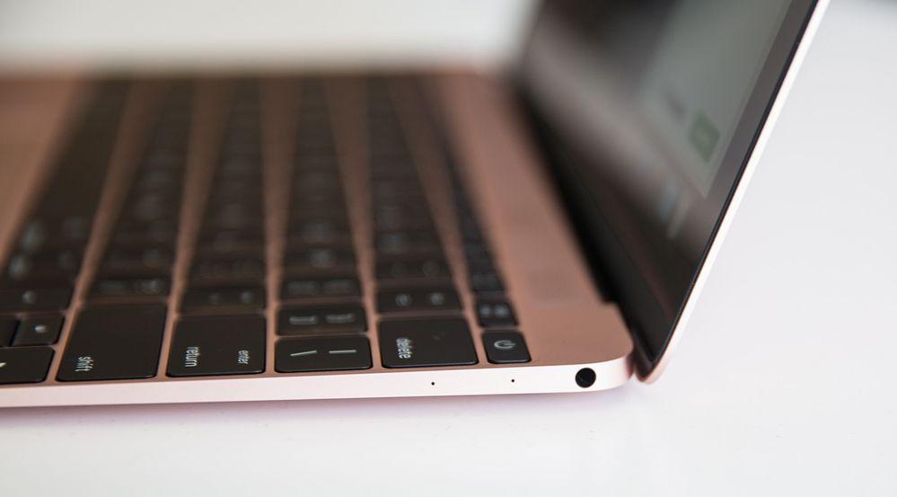 La MacBook todavía tiene solo dos puertos: un puerto USB-C y una toma para auriculares (arriba).
